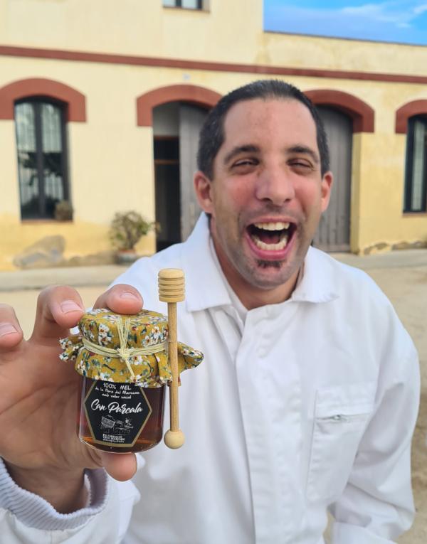 Un abellaire de la Fundació el Maresme amb mel de can parcala